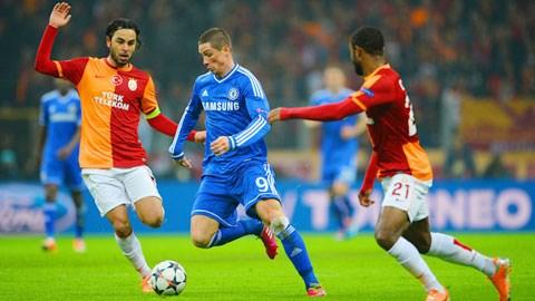 Ngoài tình huống ghi bàn thì trong phần lớn thời gian trên sân, Torres (giữa) thi đấu rất nhạt nhòa