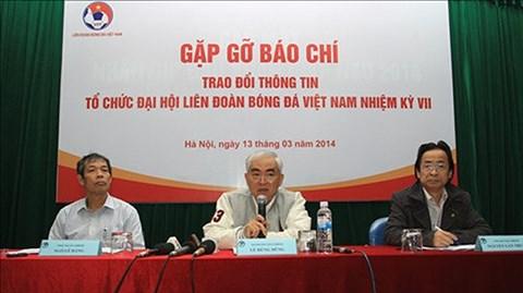Quyền Chủ tịch LĐBĐVN - Lê Hùng Dũng (giữa) tại buổi gặp gỡ với báo chí sáng 13/3 - ẢNH: Đức Cường - Phan Tùng