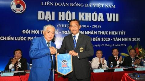 Ông Lê Hùng Dũng (bên trái) đã trúng cử chức danh Chủ tịch LĐBĐVN nhiệm kỳ VII - Ảnh: Đức Cường