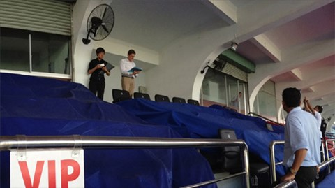 Các thành viên của AFC đang kiểm tra sân Thống Nhất