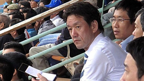 Ông Kazuyoshi Tanabe trong một lần dự khán một trận đấu tại V-League 2013.