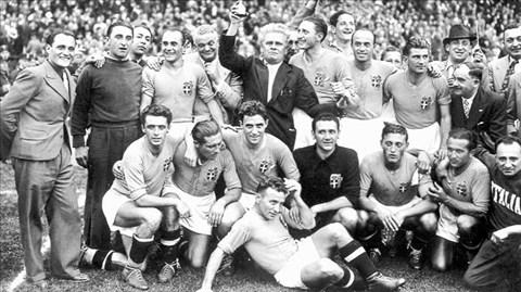 HLV Vittorio Pozzo nâng cao chiếc cúp vô địch thế giới 1938 cùng ĐT Italia