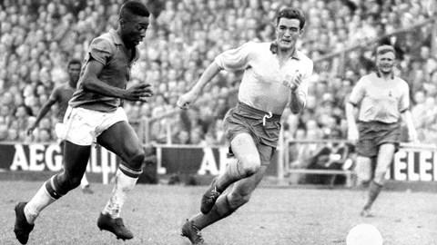 Pele (trái) vẫn là cầu thủ trẻ nhất ghi bàn ở VCK, cầu thủ trẻ nhất lập hat-trick và cầu thủ trẻ nhất ghi bàn trong trận chung kết World Cup