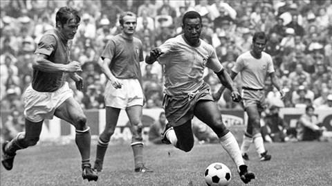Pele (bìa phải) chỉ thi đấu 1 trận rồi rời giải vì chấn thương, còn thủ thành Lev Yashin lại là nguyên nhân khiến ĐT Liên Xô thất bại