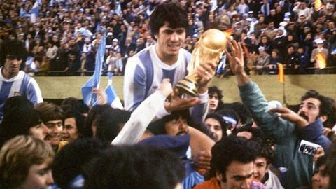 Nhà độc tài Jorge Videla (ảnh nhỏ) vui mừng khi ĐT Argentina vô địch World Cup 1978 đúng như kế hoạch của ông