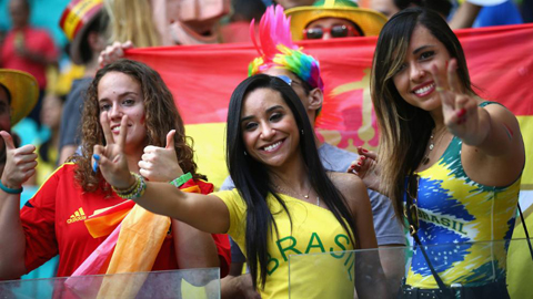 2 nữ CĐV Brazil ở trận khai mạc