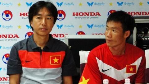HLV Miura (bìa trái) cảm thấy buồn khi tuyển Nhật Bản thi đấu kém cỏi ở World Cup 2014. Ảnh: Tuấn Thành
