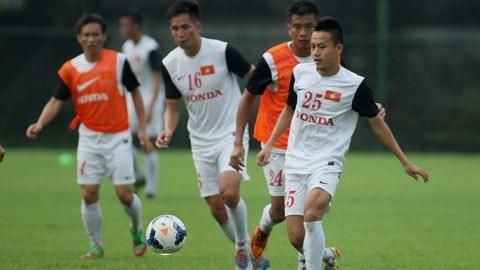 """Cầu thủ trẻ Huy Toàn (bìa phải) bị lật cổ chân nhưng vẫn rất """"máu"""" tập luyện"""