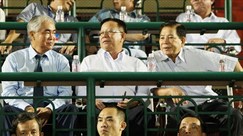 Nguyên Chủ tịch nước Nguyễn Minh Triết (bên phải) và Chủ tịch VFF Lê Hùng Dũng (bên trái) trên khán đài