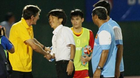 HLV Miura (áo trắng) tươi cười bắt tay người đồng nghiệp Avramovic sau trận