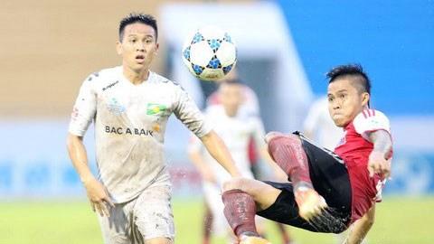 Sau trận thắng Đồng Nai, đội SLNA (áo trắng) về TP.HCM tập trung nhằm chuẩn bị cho trận đấu bù với Hà Nội T&T. Ảnh: Gia Khanh