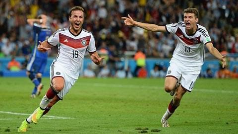Goetze ăn mừng bàn thắng quý báu cùng đồng đội