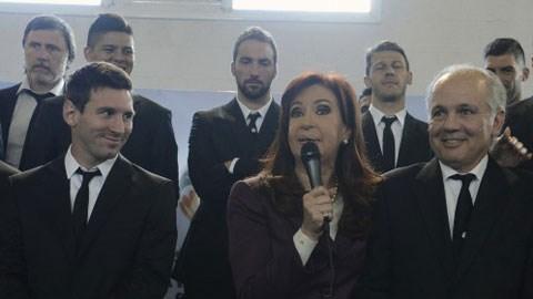 Nữ Tổng thống Cristina Fernandez de Kirchner đón tiếp nồng hậu thầy trò HLV Sabella