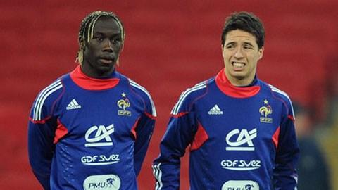 Sagna (trái) sẽ tái ngộ Nasri tại Man City