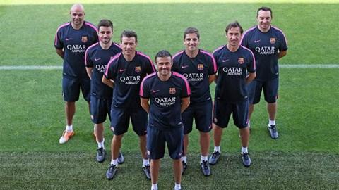 HLV Luis Enrique (đứng đầu) và đội ngũ trợ lý