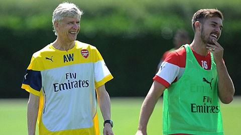 Nét mặt rạng rỡ hiện hữu trên khuôn mặt của Wenger và học trò