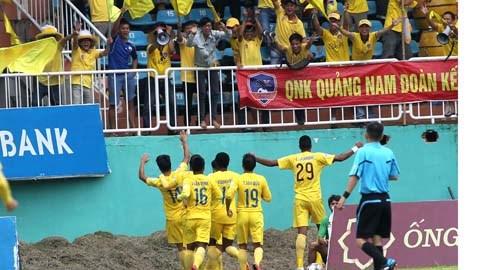 Đánh bại đội chủ nhà, QNK Quảng Nam gây sốc - Ảnh: Minh Trần