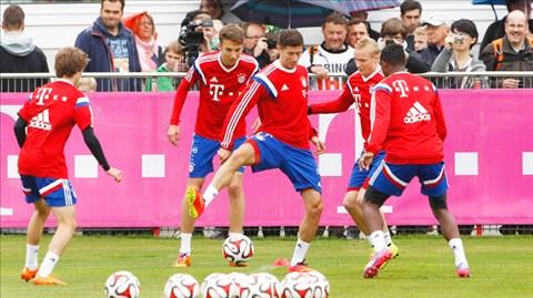 Lewandowski (thứ 2 từ trái qua) sẽ có cơ hội thể hiện tài ghi bàn trong ngày ra mắt các CĐV Bayern
