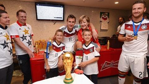Cha con nhà Klose chụp hình với Thủ tướng Merkel của Đức
