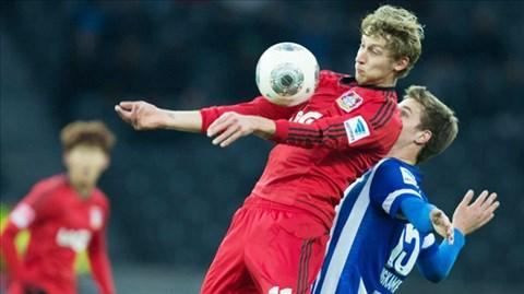 Sân nhà sẽ là điểm tựa giúp Leverkusen (trái) giành chiến thắng