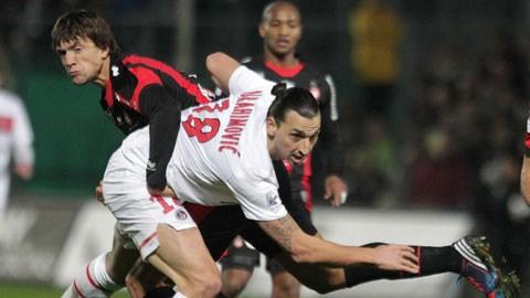 PSG (áo sáng) vẫn thường bị Nice gây khó dễ khi hai đội đụng độ nhau