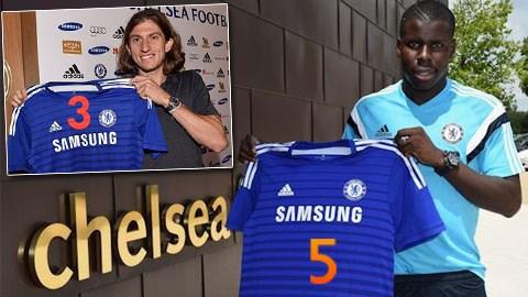 Hai cầu thủ vừa đổi số áo cho nhau