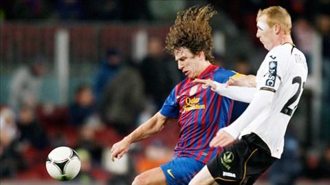 Mathieu (áo trắng) sẽ thay thế vị trí trung vệ mà Puyol để lại sau khi giải nghệ