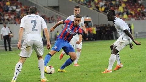 Alexandru Chipciu của Steaua Bucurest trong vòng vây các hậu vệ Stroemsgodset