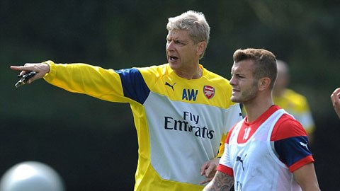 HLV Wenger dự định sẽ để Wilshere (phải) chơi ở vị trí tiền vệ phòng ngự trong mùa giải tới