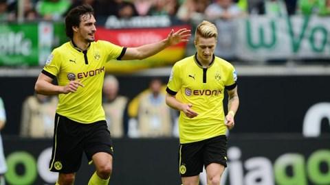 Reus (phải) và Hummels sẽ ở lại Dortmund ít nhất 1 mùa giải nữa