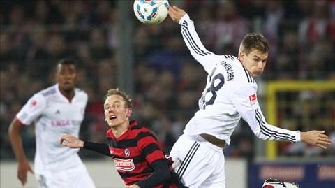 Với đội hình chắp vá, không dễ để Bayern (phải) thắng được M'gladbach