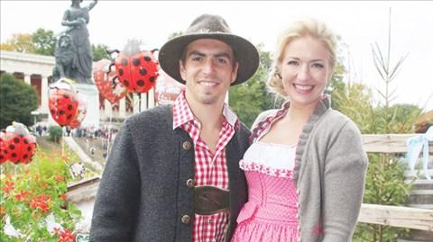 Lahm và nàng WAG xinh đẹp của anh thường xuyên xuất hiện vào những dịp lễ hội bia Oktoberfest nổi tiếng tại Munich trong những trang phục truyền thống