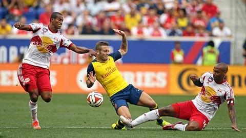 Wilshere và đồng đội thất bại trước đội bóng của đàn anh Henry