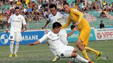 Tiền đạo Dincic (vàng) không thể giúp Thanh Hóa có chiến thắng trước SLNA - Ảnh: Phan Tùng