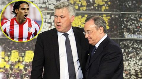 Chủ tịch Perez (bìa phải) vẫn muốn có Falcao dù HLV Ancelotti rất hài lòng với hàng công hiện tại của Real