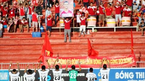 Các cầu thủ Đồng Nai cảm ơn khán giả sau trận thắng SHB.ĐN vì đã không bỏ rơi đội bóng