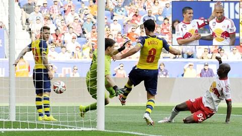 Arsenal khá lúng túng trong sơ đồ mới khiến họ đánh mất thế trận vào tay Red Bulls của Thierry Henry (ảnh nhỏ)