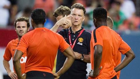 Juan Mata (bìa trái) tiết lộ HLV Louis van Gaal yêu cầu tất cả các cầu thủ Man United phải nói tiếng Anh