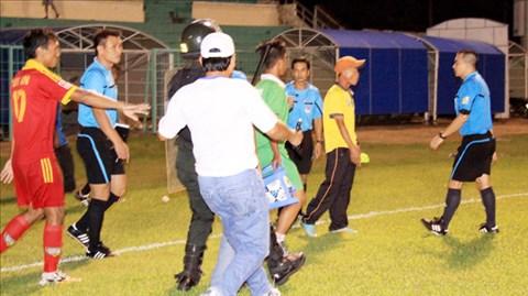 Trọng tài Phùng Đình Dũng (bìa phải) bị gây hấn sau trận