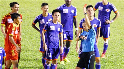 Trọng tài Phùng Đình Dũng đã rút ra 3 thẻ đỏ ở trận HV.AG thua Than.QN 1-2 tại vòng 22 vừa qua