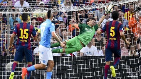 Thủ môn Claudio Bravo xứng đáng bị xem là tội đồ của Barca ở trận đấu đêm qua