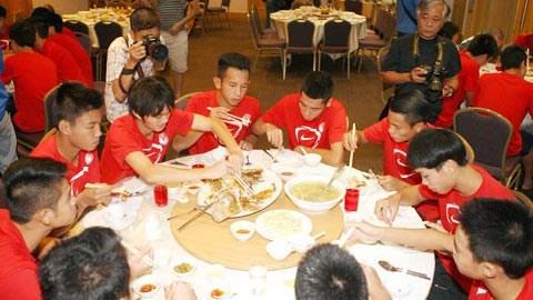 ĐT U19 Việt Nam ăn bữa ăn mang hương vị quê nhà