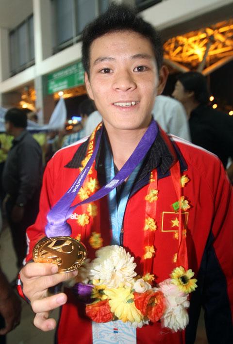 Đô cử trẻ số 1 thế giới Thạch Kim Tuấn: Từ cậu bé mồ côi thành niềm hy vọng vàng Olympic