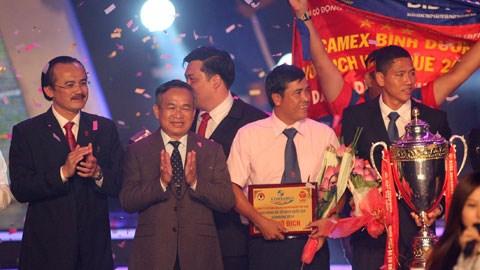 Lãnh đạo Tổng cục TDTT, VPF trao giải thưởng vô địch cho B.BD. Ảnh: Anh Tài