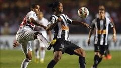 """Xem Ronaldinho """"dắt mũi"""" hậu vệ tương lai của Barca"""