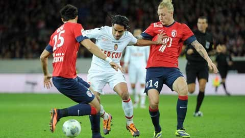 Trước một hàng chủ chắp vá của Lille, Falcao (áo sáng) sẽ ghi bàn giúp Monaco giành chiến thắng