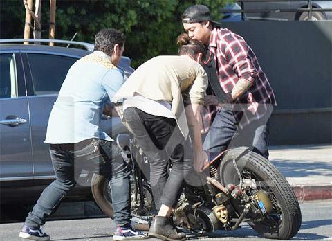 Hết đâm ô tô, Becks lại ngã mô tô
