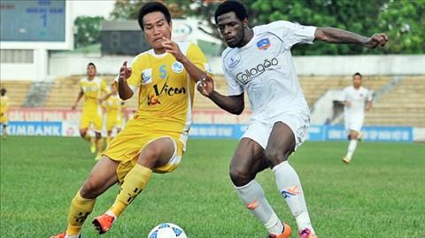 HLV Hoàng Văn Phúc tự tin sẽ giúp QNK Quảng Nam (áo trắng) chơi tốt ở V-League mùa tới