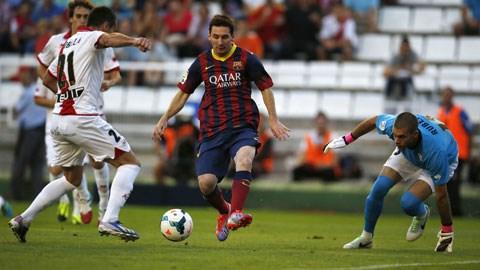 Đang thăng hoa, Messi (giữa) sẽ lại ghi bàn giúp Barca có 3 điểm rời El Madrigal