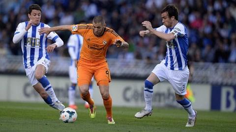 Dù được thi đấu trên sân nhà, các cầu thủ Sociedad cũng khó có thể ngăn cản Benzema (giữa) ghi bàn